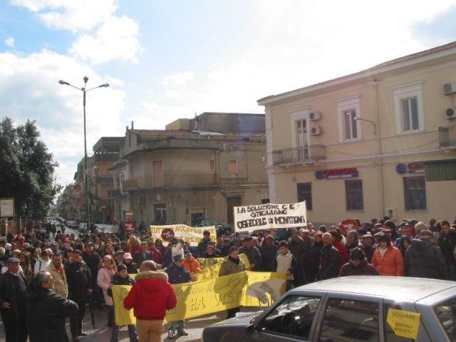 Manifestazione davanti alla sede della ex A.S.L. n° 5 di Montalbano Jonico