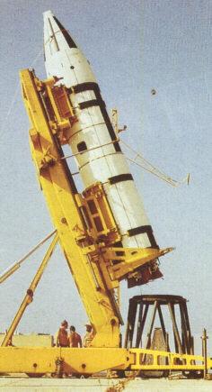Missile IRBM Jupiter, fase di posizionamento sulla rampa di lancio