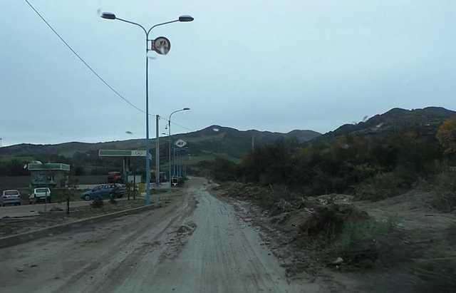 maltempo, acqua e fango che ha investito il bar adiacente alla S.C. 1. in loc. Acinello a Stigliano (MT)