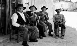Stigliano, 1963 Nonno Vito Capalbi con anziani davanti al negozio di Villa Marina