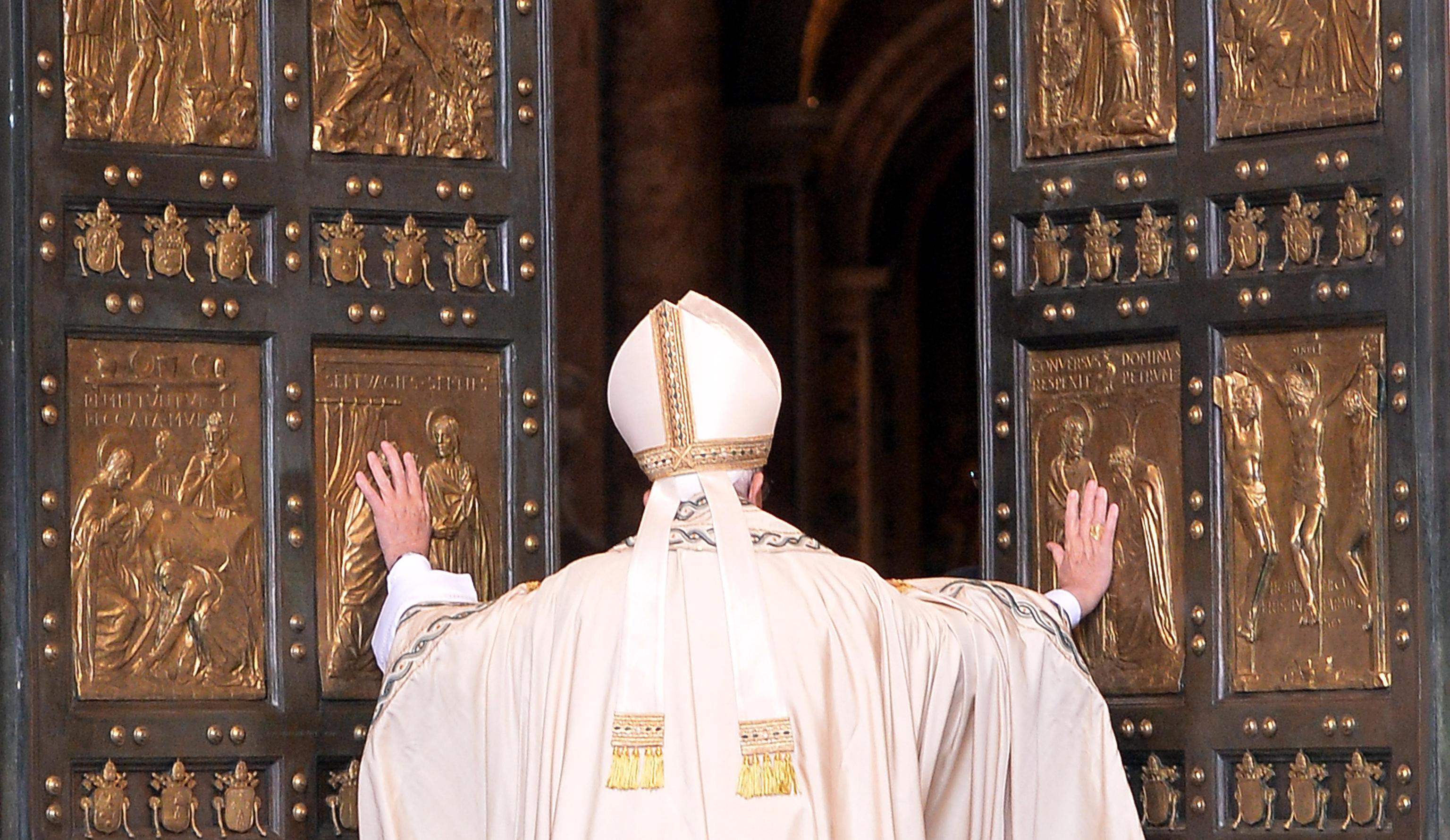Papa Francesco apre la Porta Santa della Misericordia in Vaticano
