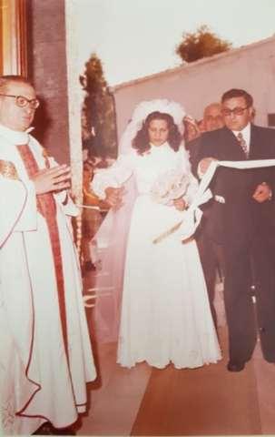 don Paolo durante la celebrazione di un matrimonio a Gannano