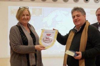 Lo scrittore Giuseppe Colangelo consegna il gagliardetto del Comune di Stigliano (MT) alla direttrice delle Büchereien Wien, le Biblioteche di Vienna, Elke Bazalka. A lato Fausto Castellini, l'ideatore e direttore del progetto 'cultgenuss'.